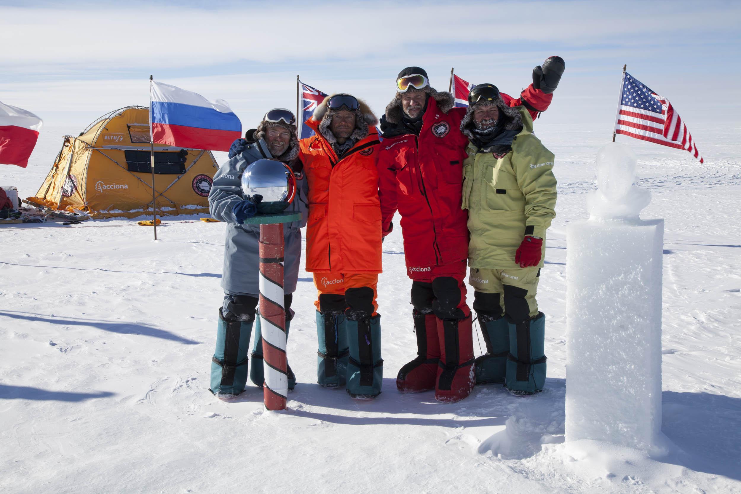 Llega al Polo Sur Geográfico.