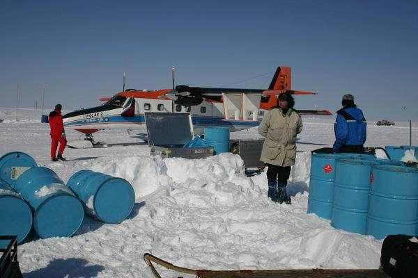 Decenas de bidones de combustibles fósiles en medio del hielo en Groenlandia.
