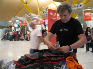 Ramón Larramendi, ultimando el equipaje.