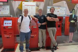 Los tres expedicionarios españoles, poco antes de despegar del aeropuerto de Madrid.