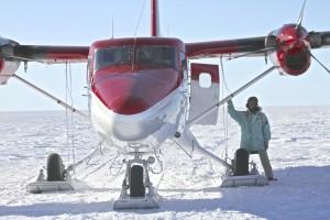 Manuel Olivera, saliendo de la avioneta, en el inlandsis de Groenlandia.