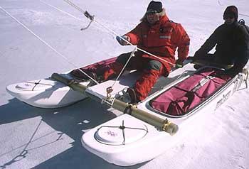 Pruebas del primer catamarán eólico, antes de la primera expedición a Groenlandia.
