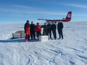 Los cinco expedicionarios se despiden de los pilotos.