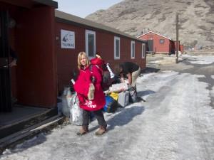 Karin Moe Bojsen y Ramón Larramendi, a su llegada a Kangerlussuaq.