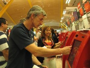 Manuel Olviera, en el aeropuerto de Madrid sacando los embarques, el 1 de mayo de 2014